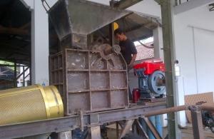 Pemasangan box jaw ke sasis stone crusher