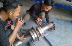 Pemasangan Laker Bearing pada As Stone Crusher