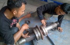Pemasangan Laker Bearing pada As Stone Crusher